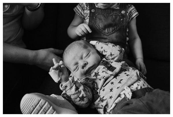 oh-belle_pure-newbornshoot_day-in-the-life_newbornshoot-nijkerk_fotograaf-newborn_0013 Newborn shoot tijdens avondritueel