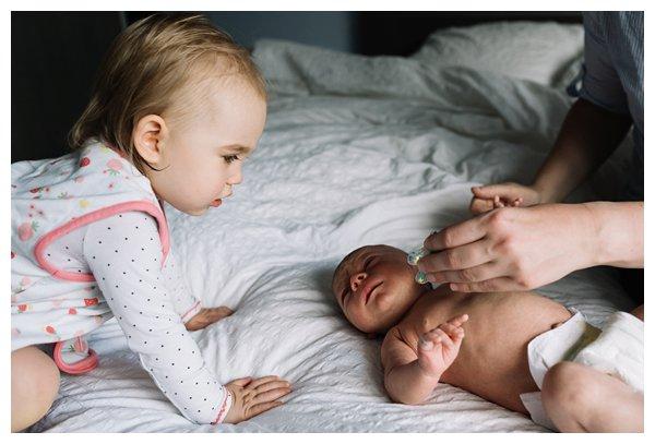 oh-belle_pure-newbornshoot_day-in-the-life_newbornshoot-nijkerk_fotograaf-newborn_0022 Day in the life shoot tijdens avondritueel