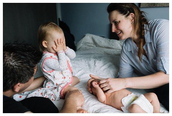 oh-belle_pure-newbornshoot_day-in-the-life_newbornshoot-nijkerk_fotograaf-newborn_0023 Day in the life shoot tijdens avondritueel