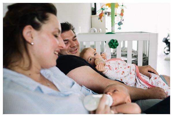 oh-belle_pure-newbornshoot_day-in-the-life_newbornshoot-nijkerk_fotograaf-newborn_0025 Newborn shoot tijdens avondritueel