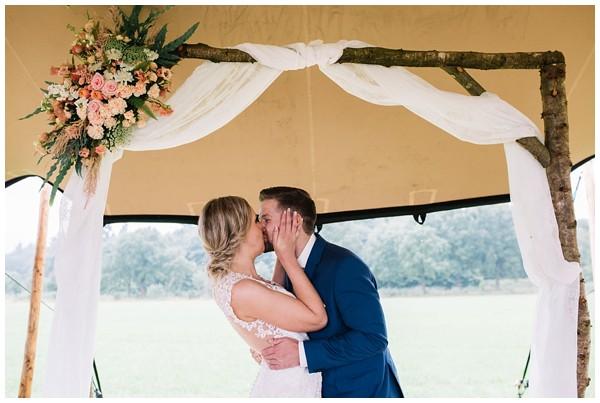 oh-belle_bruidsfotograaf_trouwen-in-een-tent_bruiloft-regen-fotografie_regen-tijdens-bruiloft_trouwfotograaf-Utrecht_0151 Bruiloft Evertjan Monique, trouwen in een tent