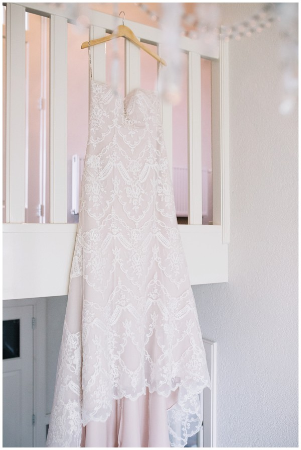 oh-belle_bruidsfotograag_fotograaf-trouwen-ermelo_trouwen-op-de-hei_pure-trouwfotos_bruidsfotograaf-utrecht_0008 Trouwen in een tent en een mint groene tuk tuk