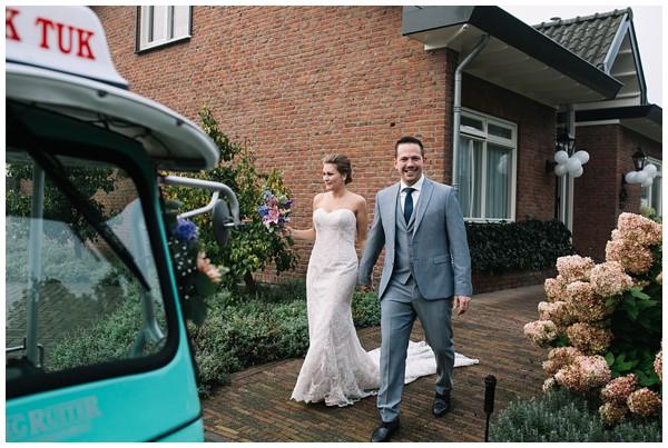 oh-belle_bruidsfotograag_fotograaf-trouwen-ermelo_trouwen-op-de-hei_pure-trouwfotos_bruidsfotograaf-utrecht_0016 Trouwen in een tent en een mint groene tuk tuk