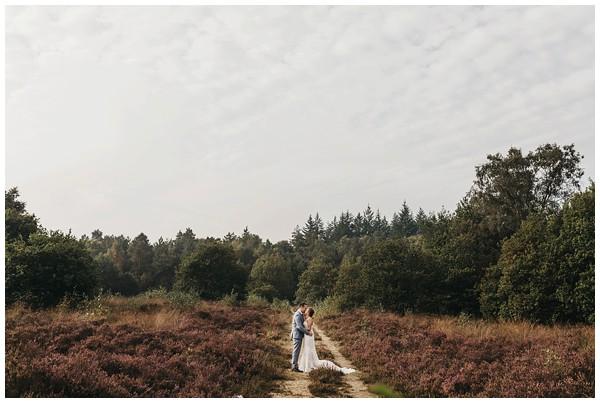 oh-belle_bruidsfotograag_fotograaf-trouwen-ermelo_trouwen-op-de-hei_pure-trouwfotos_bruidsfotograaf-utrecht_0018 Trouwen in een tent en een mint groene tuk tuk