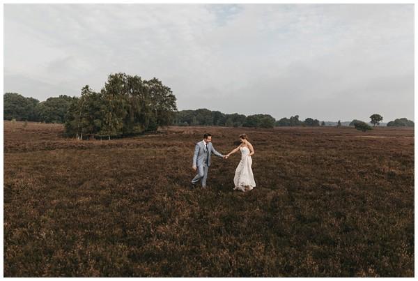 oh-belle_bruidsfotograag_fotograaf-trouwen-ermelo_trouwen-op-de-hei_pure-trouwfotos_bruidsfotograaf-utrecht_0020 Trouwen in een tent en een mint groene tuk tuk