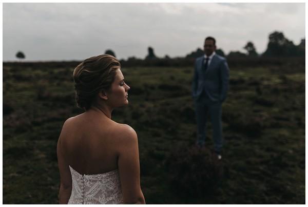 oh-belle_bruidsfotograag_fotograaf-trouwen-ermelo_trouwen-op-de-hei_pure-trouwfotos_bruidsfotograaf-utrecht_0025 Trouwen in een tent en een mint groene tuk tuk