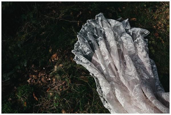 oh-belle_bruidsfotograag_fotograaf-trouwen-ermelo_trouwen-op-de-hei_pure-trouwfotos_bruidsfotograaf-utrecht_0028 Trouwen in een tent en een mint groene tuk tuk