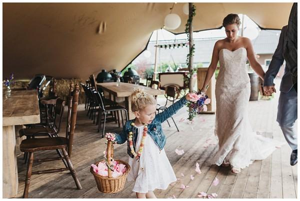 oh-belle_bruidsfotograag_fotograaf-trouwen-ermelo_trouwen-op-de-hei_pure-trouwfotos_bruidsfotograaf-utrecht_0031 Trouwen in een tent en een mint groene tuk tuk
