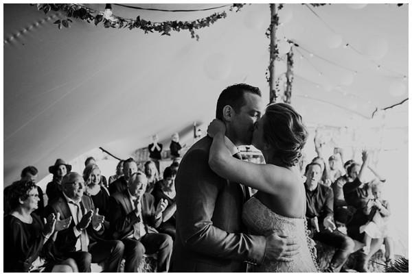 oh-belle_bruidsfotograag_fotograaf-trouwen-ermelo_trouwen-op-de-hei_pure-trouwfotos_bruidsfotograaf-utrecht_0036 Trouwen in een tent en een mint groene tuk tuk