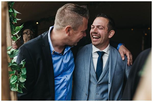oh-belle_bruidsfotograag_fotograaf-trouwen-ermelo_trouwen-op-de-hei_pure-trouwfotos_bruidsfotograaf-utrecht_0040 Trouwen in een tent en een mint groene tuk tuk