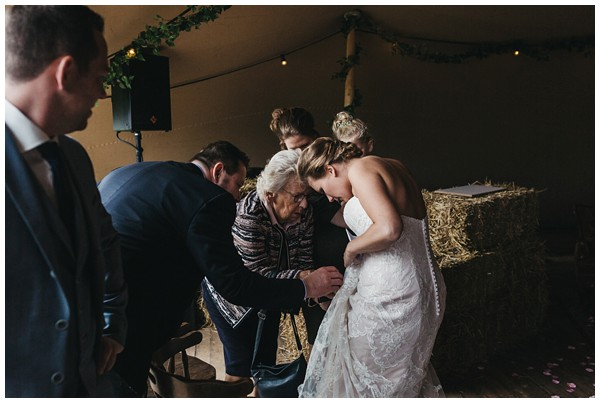 oh-belle_bruidsfotograag_fotograaf-trouwen-ermelo_trouwen-op-de-hei_pure-trouwfotos_bruidsfotograaf-utrecht_0041 Trouwen in een tent en een mint groene tuk tuk