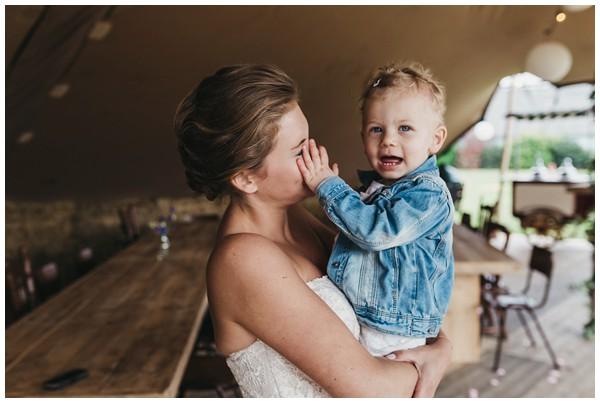 oh-belle_bruidsfotograag_fotograaf-trouwen-ermelo_trouwen-op-de-hei_pure-trouwfotos_bruidsfotograaf-utrecht_0043 Trouwen in een tent en een mint groene tuk tuk