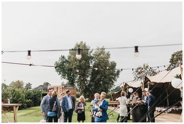 oh-belle_bruidsfotograag_fotograaf-trouwen-ermelo_trouwen-op-de-hei_pure-trouwfotos_bruidsfotograaf-utrecht_0045 Trouwen in een tent en een mint groene tuk tuk