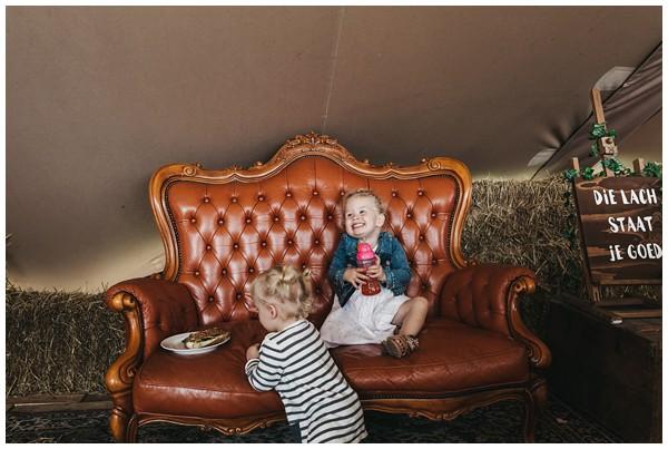 oh-belle_bruidsfotograag_fotograaf-trouwen-ermelo_trouwen-op-de-hei_pure-trouwfotos_bruidsfotograaf-utrecht_0046 Trouwen in een tent en een mint groene tuk tuk
