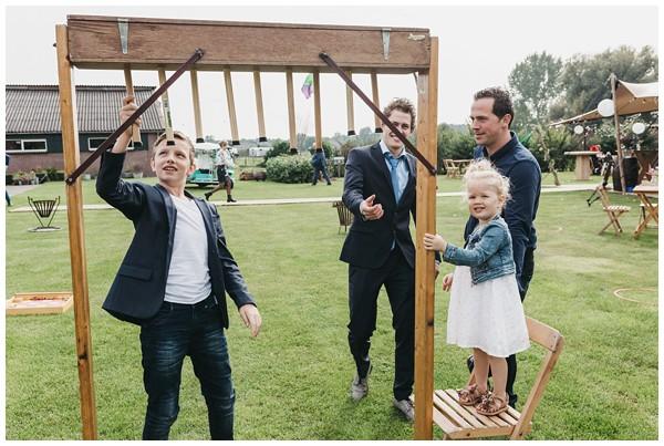 oh-belle_bruidsfotograag_fotograaf-trouwen-ermelo_trouwen-op-de-hei_pure-trouwfotos_bruidsfotograaf-utrecht_0047 Trouwen in een tent en een mint groene tuk tuk