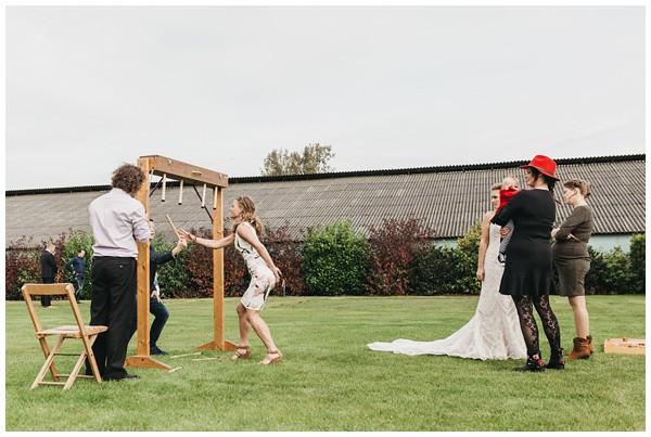 oh-belle_bruidsfotograag_fotograaf-trouwen-ermelo_trouwen-op-de-hei_pure-trouwfotos_bruidsfotograaf-utrecht_0050 Trouwen in een tent en een mint groene tuk tuk