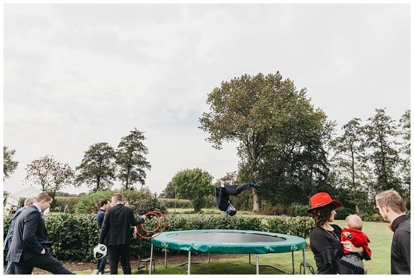 oh-belle_bruidsfotograag_fotograaf-trouwen-ermelo_trouwen-op-de-hei_pure-trouwfotos_bruidsfotograaf-utrecht_0051 Trouwen in een tent en een mint groene tuk tuk
