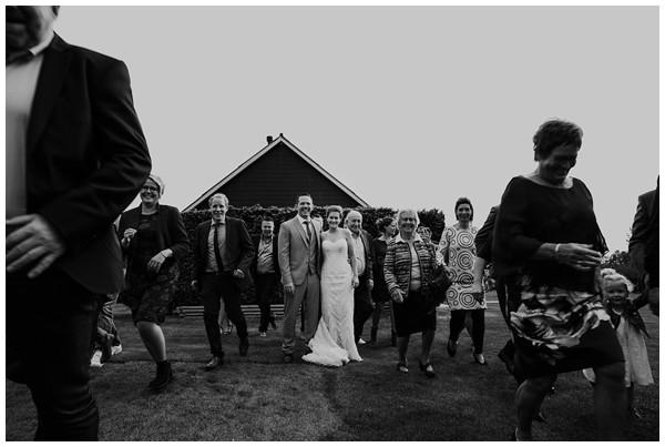 oh-belle_bruidsfotograag_fotograaf-trouwen-ermelo_trouwen-op-de-hei_pure-trouwfotos_bruidsfotograaf-utrecht_0052 Trouwen in een tent en een mint groene tuk tuk