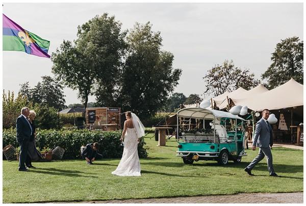 oh-belle_bruidsfotograag_fotograaf-trouwen-ermelo_trouwen-op-de-hei_pure-trouwfotos_bruidsfotograaf-utrecht_0054 Trouwen in een tent en een mint groene tuk tuk