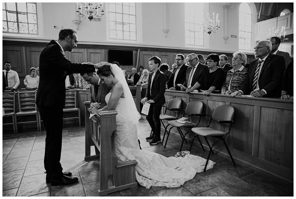 oh-belle_bruidsfotograag_fotograaf-trouwen-ermelo_trouwen-op-de-hei_pure-trouwfotos_bruidsfotograaf-utrecht_0057 Trouwen in een tent en een mint groene tuk tuk
