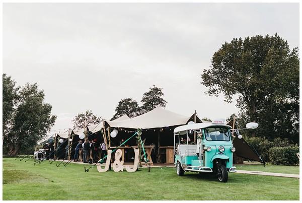 oh-belle_bruidsfotograag_fotograaf-trouwen-ermelo_trouwen-op-de-hei_pure-trouwfotos_bruidsfotograaf-utrecht_0059 Trouwen in een tent en een mint groene tuk tuk
