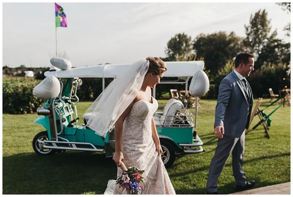 oh-belle_bruidsfotograag_fotograaf-trouwen-ermelo_trouwen-op-de-hei_pure-trouwfotos_bruidsfotograaf-utrecht_0060 Trouwen in een tent en een mint groene tuk tuk