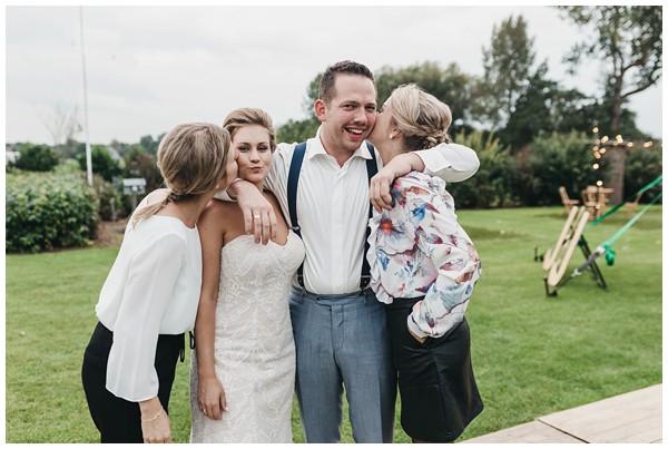 oh-belle_bruidsfotograag_fotograaf-trouwen-ermelo_trouwen-op-de-hei_pure-trouwfotos_bruidsfotograaf-utrecht_0062 Trouwen in een tent en een mint groene tuk tuk