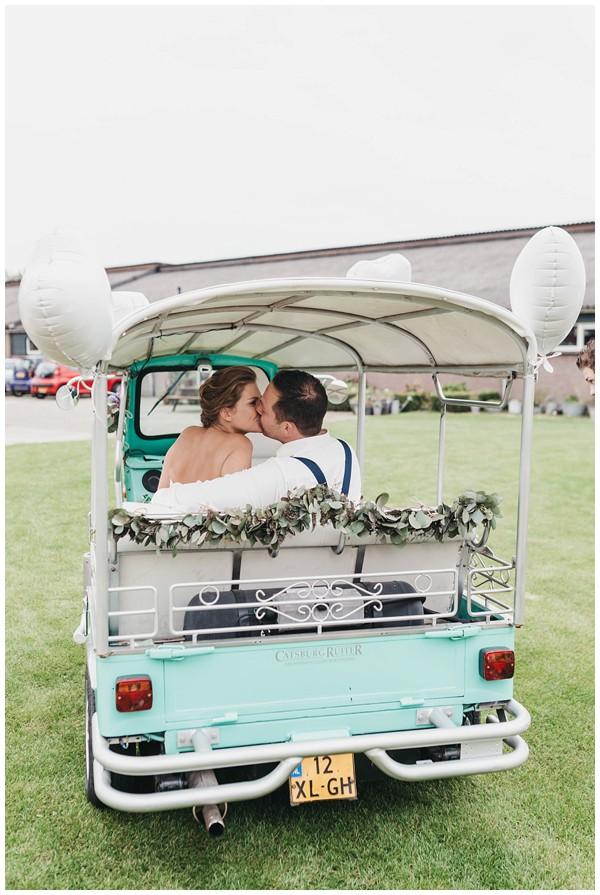 oh-belle_bruidsfotograag_fotograaf-trouwen-ermelo_trouwen-op-de-hei_pure-trouwfotos_bruidsfotograaf-utrecht_0065 Trouwen in een tent en een mint groene tuk tuk