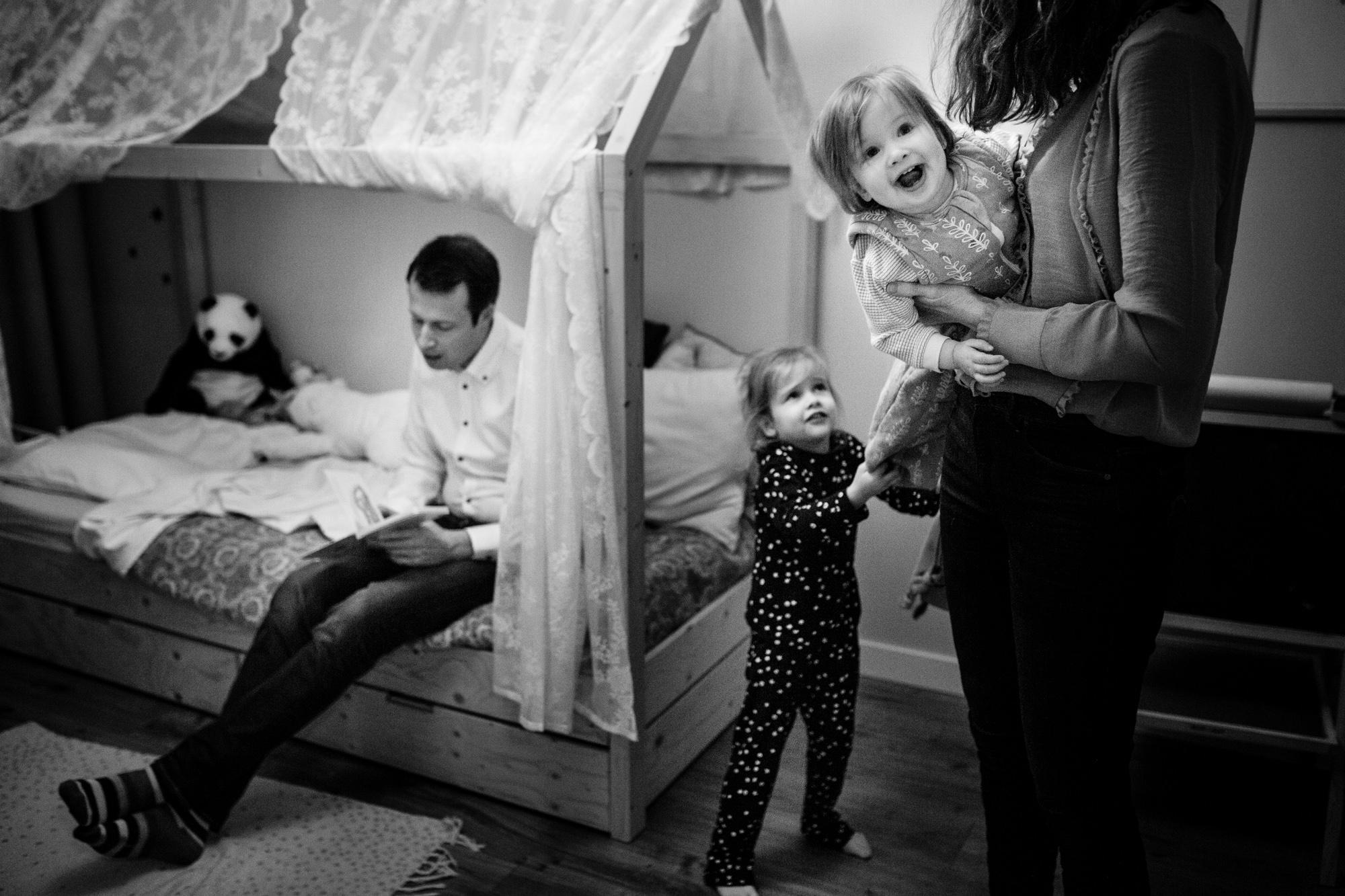 Chaos met verhaaltje lezen tijdens day in the life shoot
