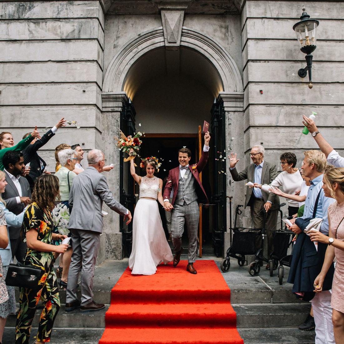 Bruidspaar verwelkomd door gasten